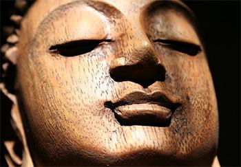 Buda de madeira meditando
