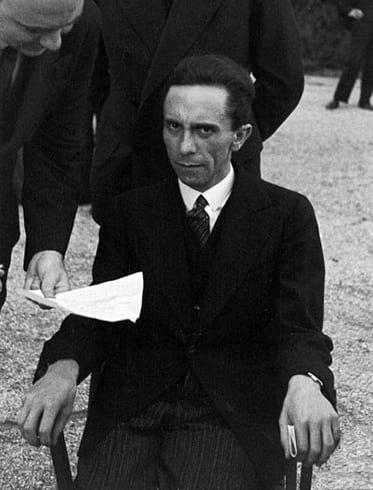 Goebbels, ao descobrir que a pessoa que estava tirando a foto era judeu