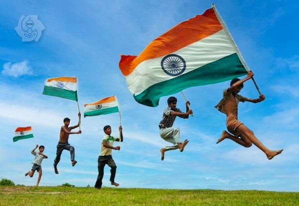 Crianças com bandeira da Índia